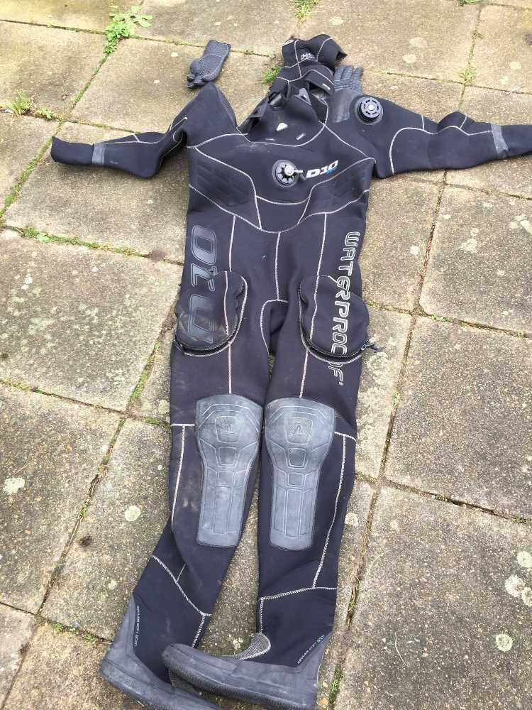 diving dry-suit-69319340.jpg
