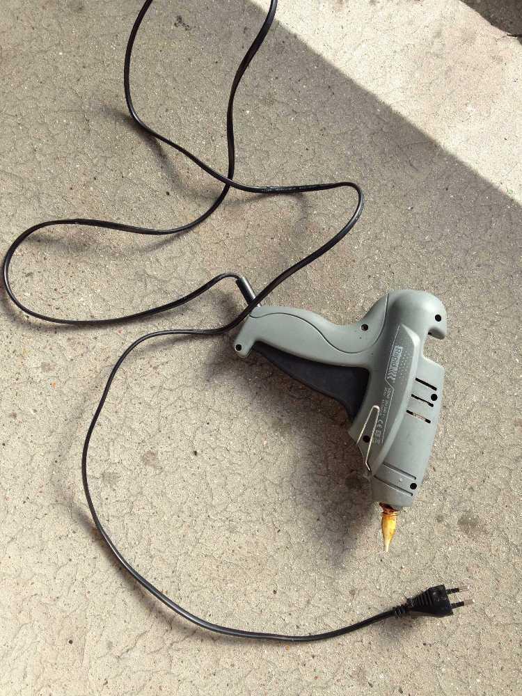 hot glue-gun-03989996.jpg