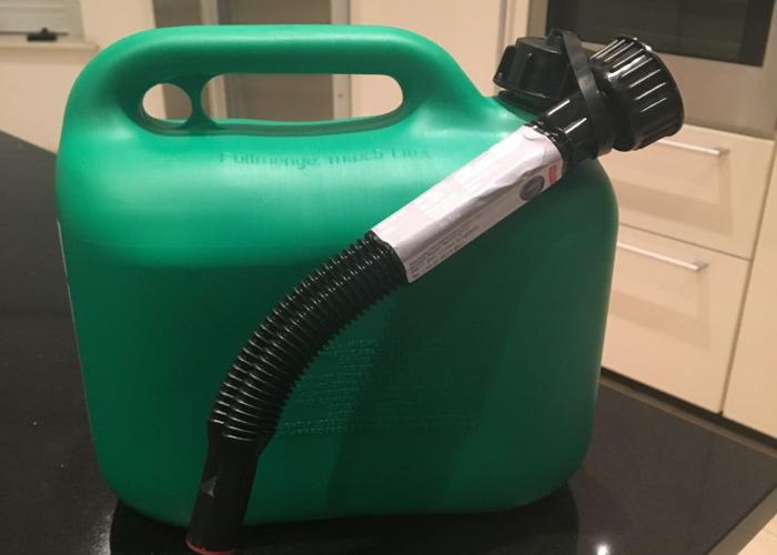 jerry petrol-can-80613130.JPG