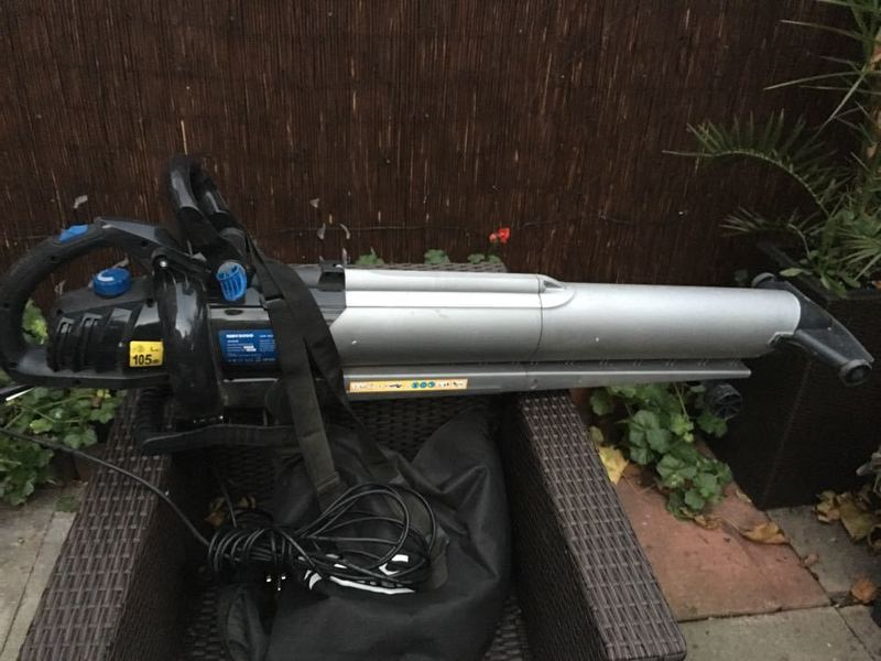 leaf blowerhover-76026321.jpg