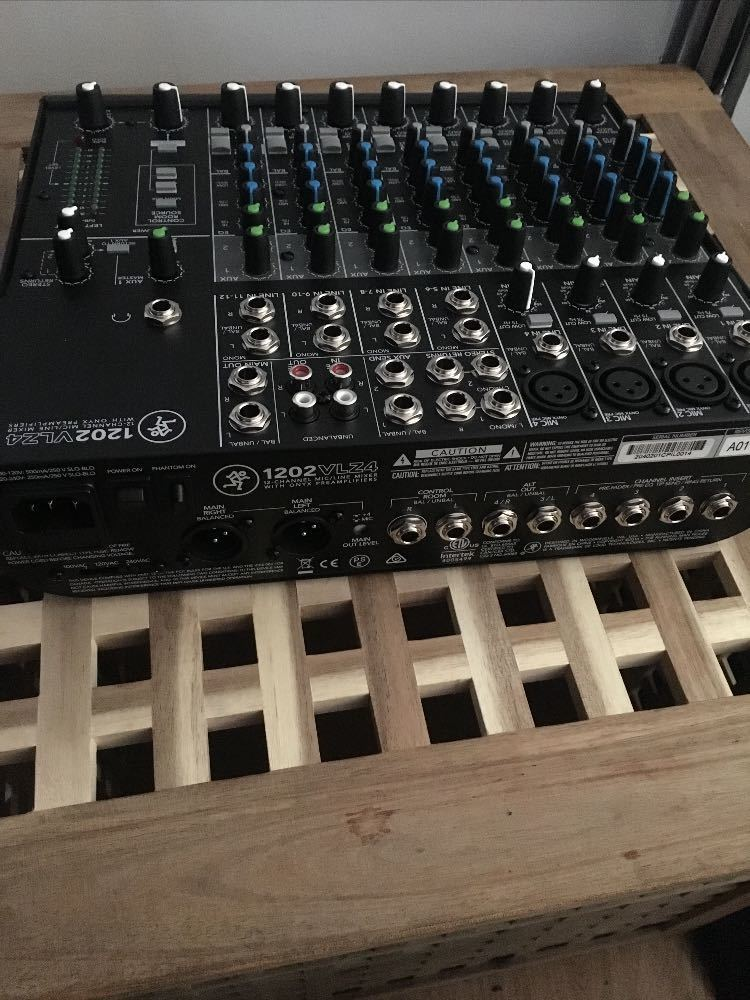 mackie 1202vlz4-12channel-compact-mixer-20364129.jpg