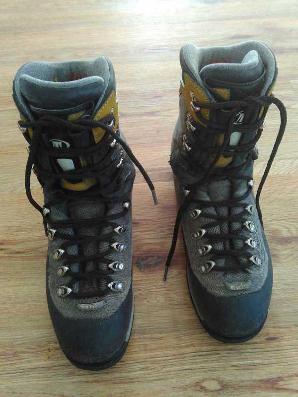 mountaineering boots-64113528.jpg