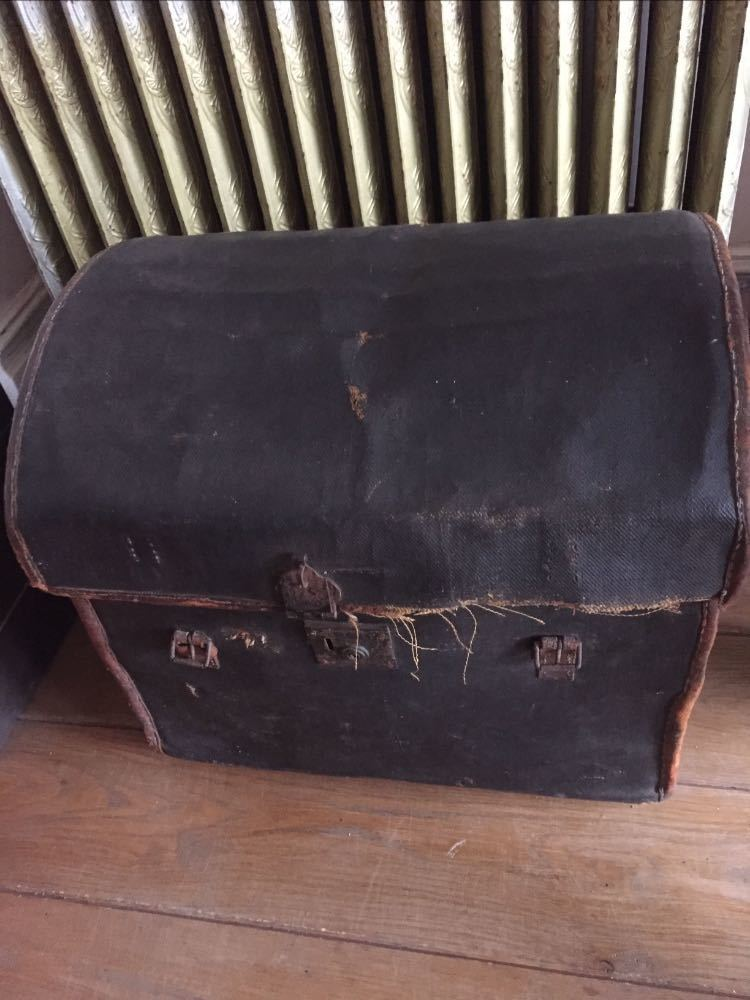 old bugatti-trunk-06540756.jpg