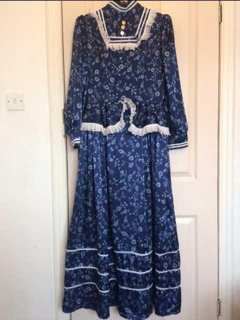 victorian dress-74644160.jpg