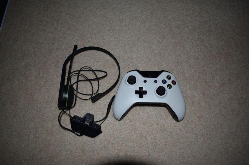 white xbox-one-console-gta-5-wireless-controller-08483972.jpg